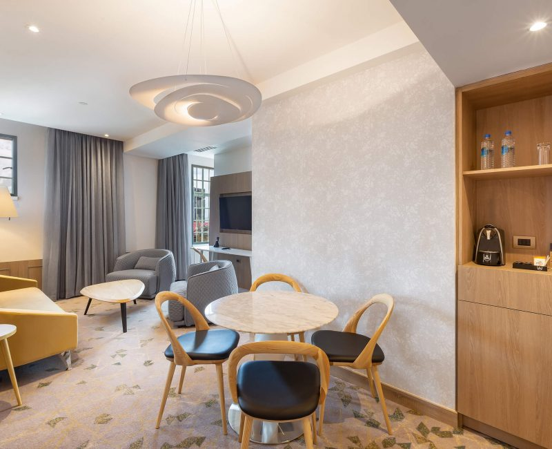 18.1 Corner Suite Living